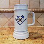 Zdjęcie kufla do piwa opatrzonego wolnomularskimi symbolami